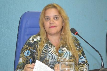 Presidente da Câmara, Vereadora Rozilene Ramos Almeida (PSDB), sanciona Lei.
